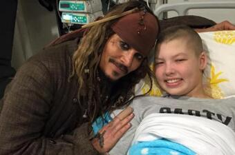 Johnny Depp visita hospital infantil caracterizado como Jack Sparrow