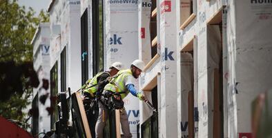 Cómo el proteccionismo de la Casa Blanca está agravando la crisis de vivienda en EEUU