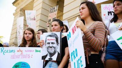 Piden a corte que detenga entrada en vigor de ley que limita abortos en Georgia