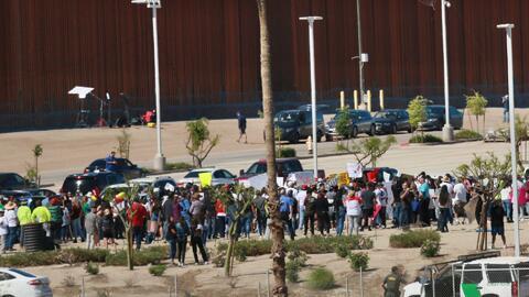 Con una marcha de protesta, así recibieron al presidente Trump en su visita a la frontera