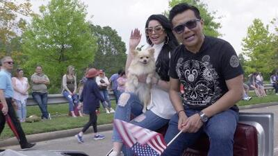Raúl Brindis fue el mariscal del 'Art Car Parade' en Houston