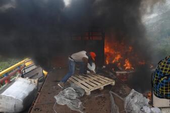 Se incendia camión con ayuda humanitaria para Venezuela mientras voluntarios salvan la carga (fotos)