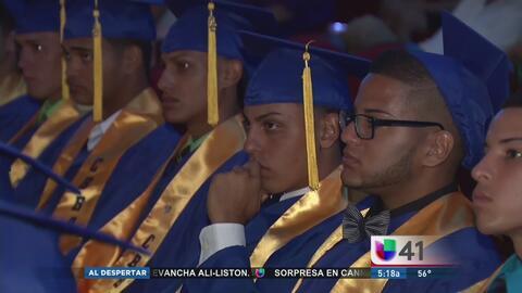 Latinos rompen récord de graduación