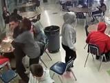 Video capta cómo guardia de seguridad salva la vida de un estudiante que se ahogaba con un sándwich