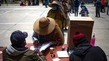 Bajo estrictas medidas sanitarias, millones de bolivianos asisten a las urnas para elegir a su nuevo presidente