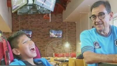 Un padre excepcional: ayuda a su hijo discapacitado a jugar en un equipo de fútbol en México