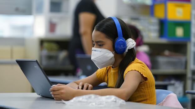 Escuelas de California podrían reabrir para finales de marzo, según un acuerdo del gobierno