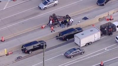 Un vehículo se volteó en accidente y un grupo de personas rescataron al conductor