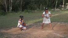 Las Diablitas, las mujeres que usan sus vestidos para jugar béisbol y luchar contra el machismo en México