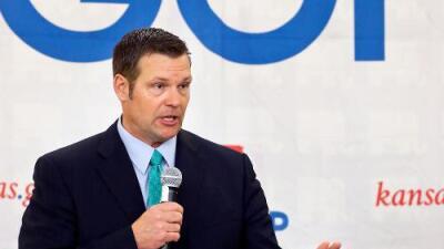 Candidato antiinmigrante apoyado por Trump lidera por un puñado de votos la primaria republicana en Kansas