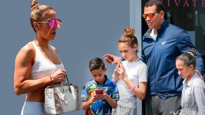 Con un bolso de 100 mil dólares, Jennifer López sale con A-Rod y sus hijos a buscar lo que les falta