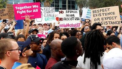 Decenas de manifestantes silencian el discurso del supremacista blanco Richard Spencer en Florida