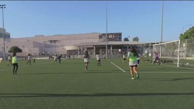 Inspiradas por el equipo de fútbol femenino de EEUU, niñas en Los Ángeles buscan dejar huella en ese deporte