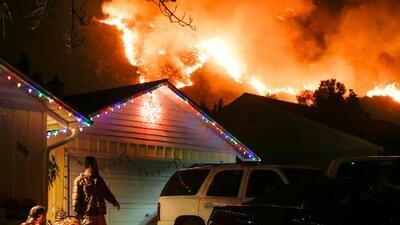 Quinto día de incendios en California: las llamas han arrasado más de 150,000 acres y destruido centenares de edificaciones