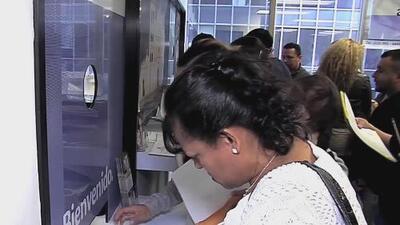 Inmigrantes salvadoreños buscan a través de sus hijos ciudadanos una opción para obtener la residencia