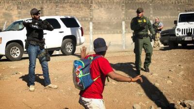Cómo la entrada forzada a EEUU puede dañar los procesos de asilo de los migrantes de la caravana