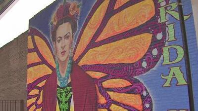 Un nuevo mural con la imagen de Frida Kahlo embellece una calle de Chicago