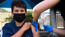 Médicos en Texas hacen un insistente llamado para que los adolescentes se vacunen contra el coronavirus