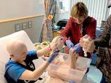 Una niña con leucemia hace 'slime' para ayudar a otros niños con cáncer a aliviar su estrés y sanar más rápido
