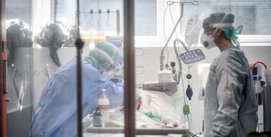 Hospitales de Arizona operan bajo medidas extremas y los casos de coronavirus siguen aumentando