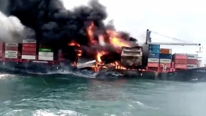 Un potencial desastre ambiental: lo que se sabe del terrible incendio de un barco cargado de químicos letales