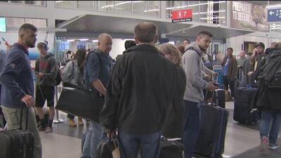 Pese a la nevada y los cientos de vuelos cancelados, algunos pasajeros en Chicago guardan la esperanza de poder viajar