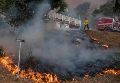 """""""Esto es lo peor que podemos ver en lo que se refiere a clima de incendios. La región entera está siendo azotada por relámpagos. El problema es la vegetación realmente seca. Lo más probable es que cualquier relámpago que toque el suelo puede comenzar un incendio"""", dijo Drew Peterson del Servicio Meteorológico Nacional."""