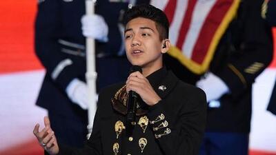 Sebastien De La Cruz interpreta el himno nacional en su traje de charro en la Convención Demócrata