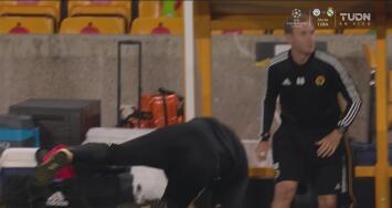 ¿Anotaron el número de placas? Jugador del Olympiakos derriba a Nuno Espírito Santo