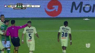 Tarjeta amarilla. El árbitro amonesta a Renato Ibarra de América