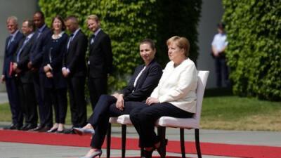 """""""Tendré que vivir con esto durante un tiempo"""": la canciller alemana decide sentarse en eventos públicos para evitar nuevos espasmos"""