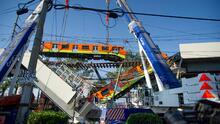 Retiran uno de los dos vagones colapsados en el accidente en el metro de Ciudad de México