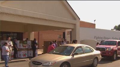 Residentes reciben despensas luego de sufrir estragos por las tormentas