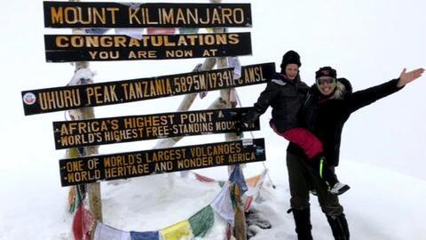 Una niña de Texas subió el Kilimanjaro en honor a su fallecido padre y batió un récord