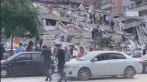 Una decena de muertos, colapso de edificios y nubes de polvo: imágenes del fuerte terremoto que sacudió Turquía