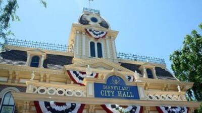 Desalojan Disneyland de California por estallido en bote de basura