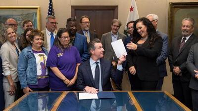 Gobernador de California firma ley laboral que promete sacudir la economía compartida de Silicon Valley