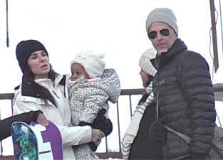 Sandra Bullock disfruta de la nieve junto a su galán e hijos