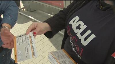 ACLU reparte folletos sobre derechos de los inmigrantes a los chóferes y pasajeros de Greyhound