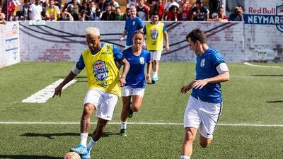 Neymar cambia su look, juega fútbol callejero, desafía al PSG y le hace un guiño más al Barça