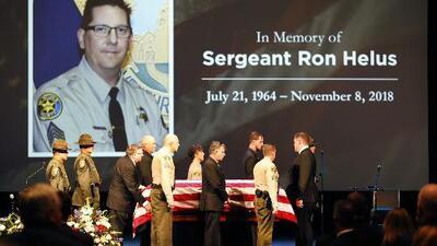 Despiden con honores al sargento Ron Helus, considerado un héroe durante el tiroteo en Thousand Oaks