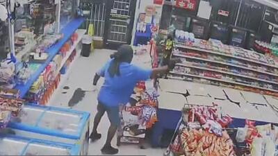 En video: Un hombre asalta una tienda a punta de pistola en Houston y le dispara a un empleado