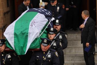 En fotos: compañeros y familiares despiden a Luis Alvarez, líder de la lucha por los derechos de los rescatistas del 9/11