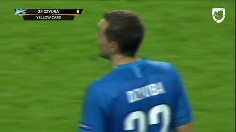 Tarjeta amarilla. El árbitro amonesta a Artem Dzyuba de Zenit St Petersburg