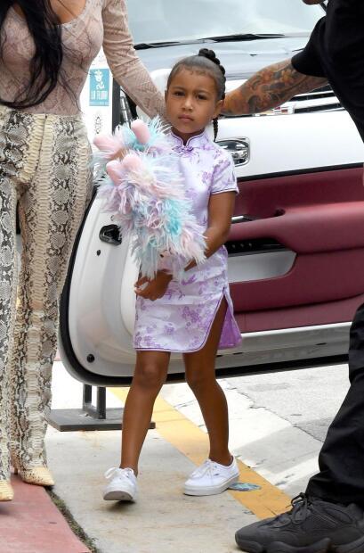"""<b>North West</b>, la hija de  <b>Kim Kardashian y Kanye West</b>, ya ha dado muestras de su  <b><a href=""""https://www.univision.com/entretenimiento/moda-de-celebridades/suri-cruise-y-north-west-dos-ninas-trendy-video"""" target=""""_blank"""">gusto por la moda</a></b> en varias ocasiones."""