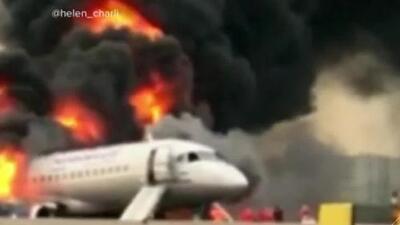 En video: así consumieron las llamas al avión de la aerolínea rusa Aeroflot en el aeropuerto de Moscú
