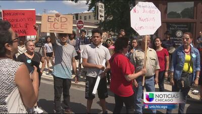 Protestan contra el congresista Luis Gutierrez
