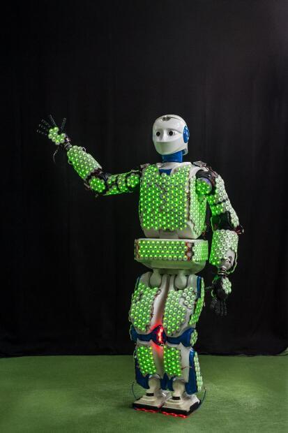 """""""Estamos usando nuevos materiales para hacer que las células de la piel sean más flexibles y también para miniaturizarlas. Esta próxima versión las hará aún más adecuadas para cubrir todo tipo de superficies y también otras partes del robot, como los dedos o la cara"""", concluyó el científico."""