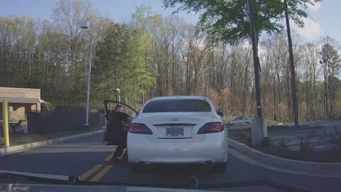 Un conductor trata de escapar y arrastra al policía que lo iba a detener