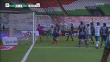 ¡Atajadón y mano! Gudiño salva a Chivas y luego anulan gol